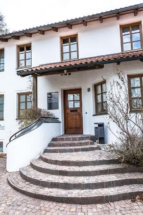 Die Außenstelle Asyl des Landratsamtes Mühldorf a. Inn  finden Sie unter folgender Adresse:  Bahnhoffußweg 14,  84453 Mühldorf a. Inn